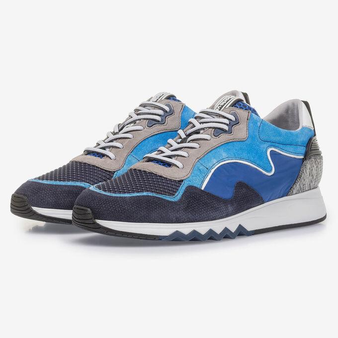 Leuchtend blauer Wildleder-Sneaker