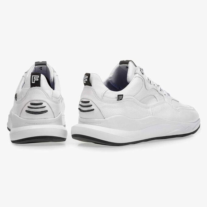 Weißer Kalbsleder-Sneaker mit dezentem Strukturmuster