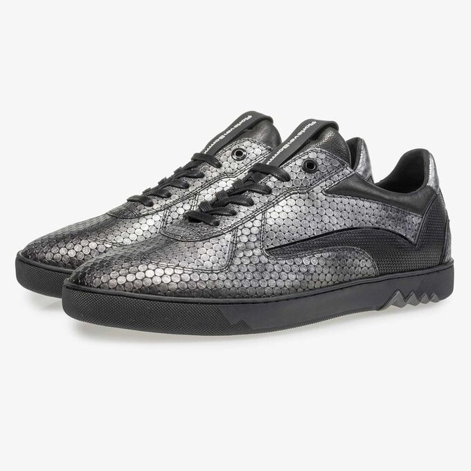 Grauer Leder-Sneaker mit Metallicprint