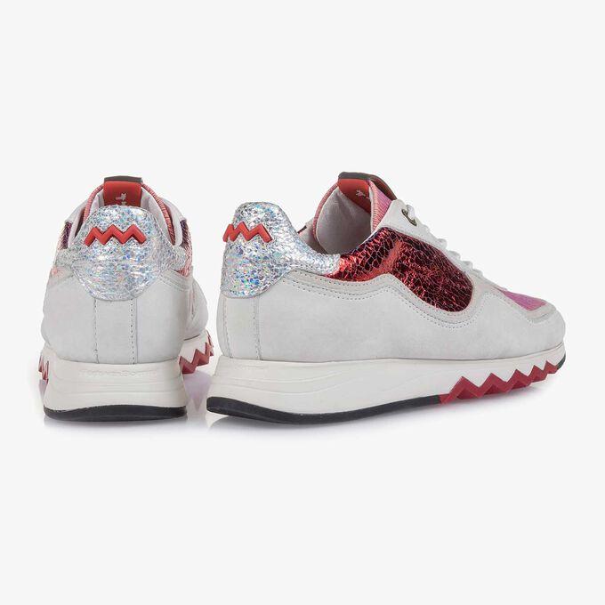 Weißer Nubukleder-Sneaker mit roten Details