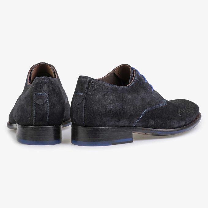 Blauer Wildleder-Schuh mit Brogue-Lochmuster