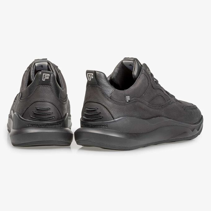 Schwarzer Nubukleder-Sneaker mit dezentem Strukturmuster