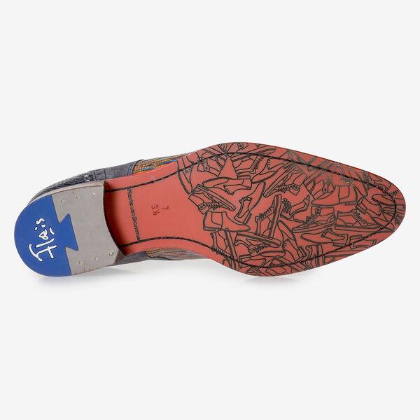 Blau-roter Schnürschuh mit Eidechsenprint