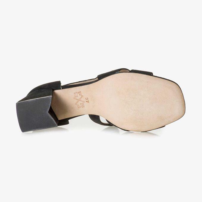Schwarze Wildleder-Sandale mit Keilabsatz
