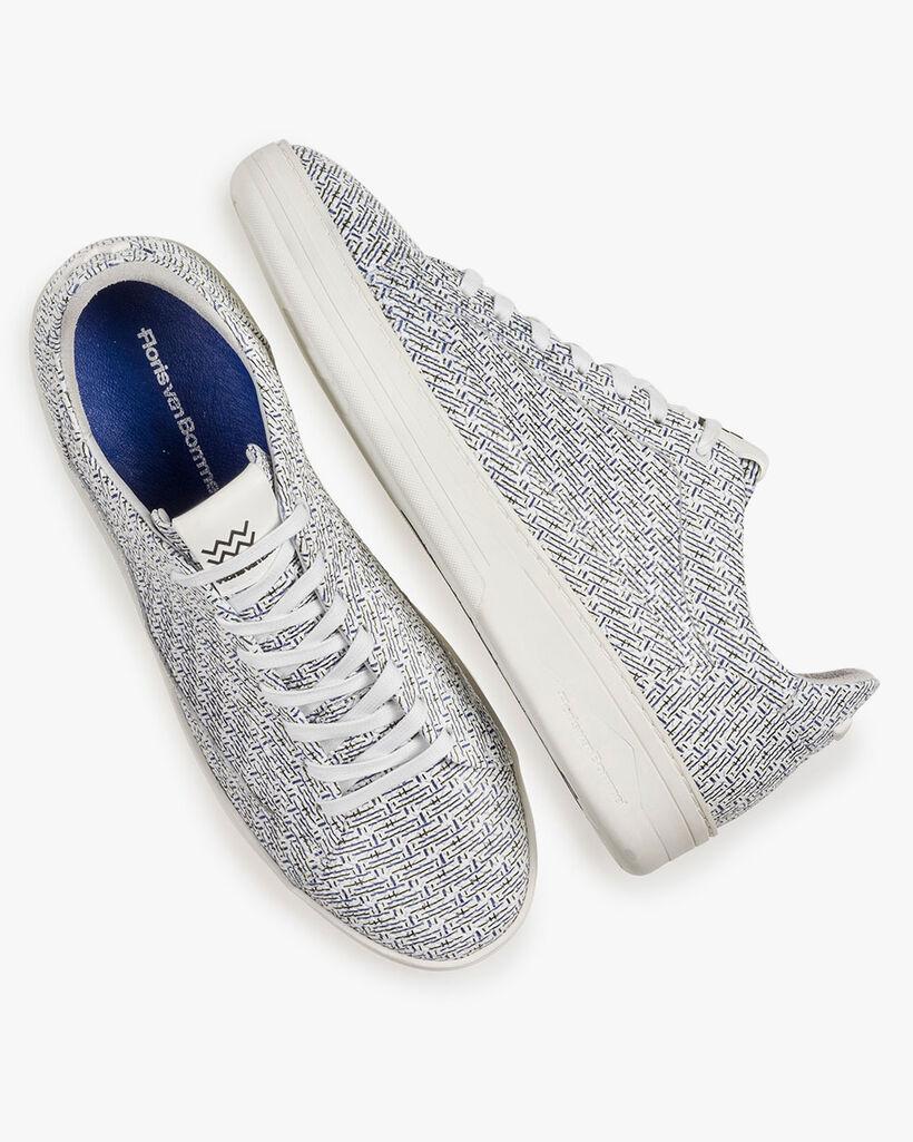Weißer Leder-Sneaker mit blauem Print
